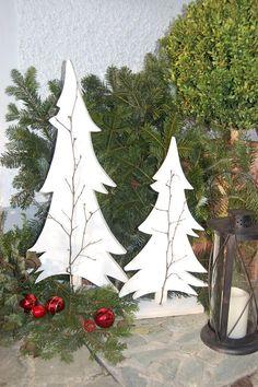 Deko vorm Hauseingang - schlichte Christbäume