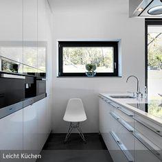 Wenn wenig Platz für die Küche im offenen Wohnraum eingeplant ist, lohnt sich trotzdem eine Kücheninsel, die man als Tresen zur offenen Seite hin aufbauen…