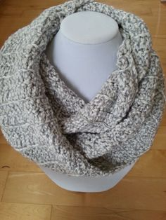 Here is an infinity scarf to wrap twice around your neck. The perfect and ideal scarf for any outfit, warm and comfortable! It's made with chuncky yarn nuanced gray color. Crochet Snood, Crochet Scarves, Aluminum Wire Jewelry, Cardboard Jewelry Boxes, Christmas Gifts For Men, Circle Scarf, Cowl Scarf, Valentine Day Gifts, Gifts For Him