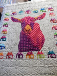 Polka dot goat with house border. Applique Designs, Quilting Designs, Arrow Feather, Barn Quilts, Longarm Quilting, Applique Quilts, Pinwheels, Goats, Polka Dots