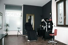 Someday I wish I have my own studio tattoo like this. Tattoo Shop Decor, Tatto Shop, Tattoo Salon, Home Tattoo, Interior Exterior, Interior Design Tips, Piercing Studio, Piercing Shop, Tattoo Studio Interior