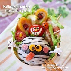 秋のメインイベントといえばハロウィン!最近では仮装だけではなく、料理やお弁当にハロウィンテイストを取り入れる楽しみも、イベントをさらに盛り上げているようです。手軽にできるハロウィンおにぎりの作り方や人気のキャラ弁を集めてみました。 Cute Food, Yummy Food, Japanese Lunch Box, Japanese Food, Kawaii Bento, Bento Recipes, Out To Lunch, Bento Box Lunch, Halloween Food For Party