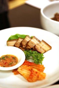 더이상 말이 필요없는 바다장어와 담백한 맛이 일품인 돼지보쌈!!   이렇게 많은 음식을 먹으니 천하가 부럽지 않더라구요. 맛깔스러운 한정식 맛집으로 산내리의 30년 정통이 다 이유가 있다는걸 한번 드시면 알게될꺼려염.!!  < boiled poke and kimchi > SANNERI traditional korean restaurant in insadong,seoul,korea