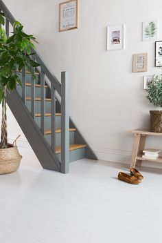 - Stairway Designs & Ideas - Peindre un escalier en bois Painting a wooden staircase is a bold deco party! But it allows to harmo. Painted Staircases, Wood Staircase, Painted Stairs, Staircase Design, Staircase Painting, Home Inside Design, Room Partition Designs, Dining Room Paint, Staircase Makeover