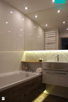 Świetlista biel, drewno, kamienie. Nietypowa umywalka od Art Ceram i dębowy blat zwieńczają całość. Małe domowe spa :) Nowa aranżacja obejmuje połączone pomieszczenia łazienki i m ...
