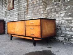 Polska komoda vintage z lat 60. Mebel jest drewniany, fornirowany i lakierowany w połysku. Komodazostała…