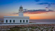 Faro de Cavallería. Está situado en elcabo de Cavallería, a unos 6 km deFornells, en la costa norte de la isla deMenorca (Islas Baleares - España). Altura de la torre: 15 m. Altura sobre el nivel del mar:  94 m. Fases: Grupos de 2 destellos de luz blanca cada 10 seg. Mar Mediterráneo.