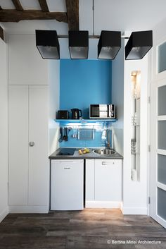 Paris Apartment \ kitchen and laundry! Mini Loft, Deco Studio, Loft Studio, Tiny Apartments, Tiny Spaces, Studio Kitchen, Small Apartment Decorating, Small Studio, Small Space Living