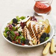 Chicken-Berry Salad - Farmer's market finds: blackberries, lemons, limes, basil Citrus-marinated grilled chicken atop leafy greens with juicy berries and an easy blackberry vinaigrette make for an irresistibly fresh summer salad. Salada Light, Marinated Grilled Chicken, Farmers Market Recipes, Smoothie, Chicken Salad Recipes, Chicken Salads, Chicken Protein, Healthy Chicken, Main Dish Salads