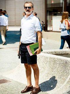 濃紺ショーツなら間違いなし! 白シャツで紳士の夏スタイル