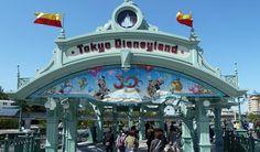 Tokyo Disneyland (東京ディズニーランド, Tōkyō Dizunīrando, Disneylandia de Tokyo) es uno de los dos parques temáticos que hay en el Tokio Disney Resort. Disneyland Tickets, Disneyland Hotel, Hong Kong Disneyland, Tokyo Disney Sea, Disney Resorts, Disney Parks, Tokyo Travel Guide, Japan Travel, Viajes