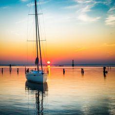 Italia 10.98 // Sunset in Venice Lagoon // Photo Nicola Brollo / Five Zone // #sailing #cruising #venice #sunset