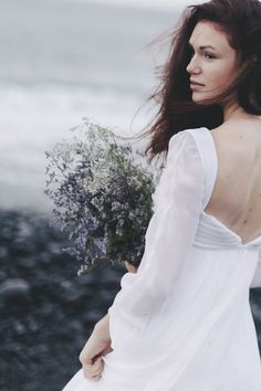 Wild heather bridal bouquet | Sara D'Ambra Photography | see more on: http://burnettsboards.com/2015/06/wild-bridal-portraits-canary-islands/