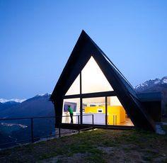 Дом на крутом склоне холма -