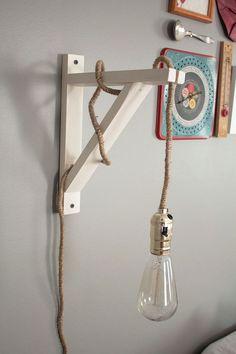 DIY wall lamp - Make it yourself for under $40! lampe pour le salon à faire soi même, belle ampoule, équerre en bois et joli fil électrique.