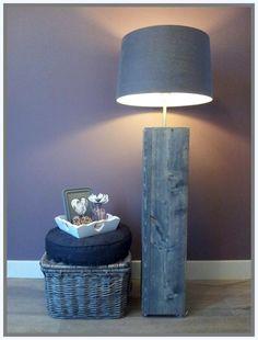 Zelf gemaakt, lamp van steigerhout met mooie linnen kap.