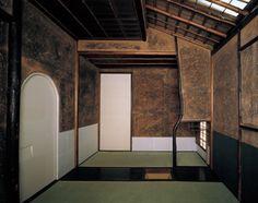 茶室 蓑庵 如心斎好み 寛保2年(1742)京都府 大徳寺玉林院〔田畑みなお撮影〕 Sa-an Teahouse, Joshinsai Style, 1742, Gyokurinin Sub-Temple, Daitoku-ji Temple, Kyoto Prefecture - Note the clay plaster walls.