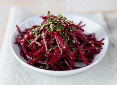 Server en fargesterk råkost til middagen. Denne rødbetsalaten passer like godt til fiskekakene som til viltsteken. Seaweed Salad, Ethnic Recipes, Food, Essen, Yemek, Meals