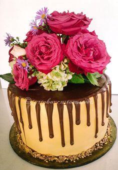 Mudgee cake decorators. Mudgee cakes. Party Box Custom Sweets. Fresh flowers. Birthday cake. Shiralee Arther flowers.