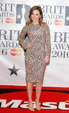 A ex-Spice Girl Geri Horner foi ao BRIT Awards 2016 usando vestido midi de mangas longas. A peça, com estampa de oncinha, é da grife Givenchy e custa R$ 7 mil