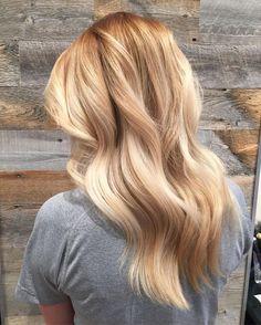 Les femmes qui sont prêtes à sauter le pas et passer au blond californien, doivent utiliser régulièrement des soins nourrissants riches en huiles ainsi que des produits pour cheveux colorés