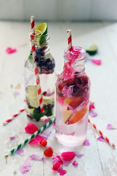 Raspberry, rose and white peach infused water and Pomegranate, cardamom and lime infused water - Recipes Lime Infused Water, Infused Water Recipes, Infused Waters, Non Alcoholic Drinks, Cocktail Drinks, Cocktail Recipes, Drink Party, Party Fiesta, Fruit Water