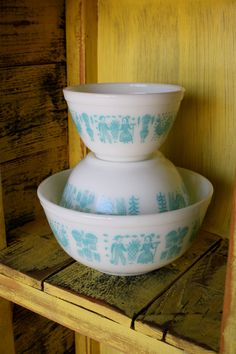 vintage pyrex - I have a small casserole w/lid in this pattern but it's white on turquoise. I want to expand my collection to the turquoise and pink - my next kitchen will be pink and turquoise! Vintage Dishware, Vintage Bowls, Vintage Dishes, Vintage Pyrex, Vintage Kitchen, Vintage Decor, Pyrex Mixing Bowls, Pyrex Bowls, Shabby