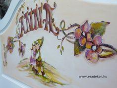 A fejtámlán a tulajdonos keresztneve - Anna névreszóló tömörfenyő indásvirágos-manós mintával festett fehér gyerekágy. Fotó azonosító: AGYANN15