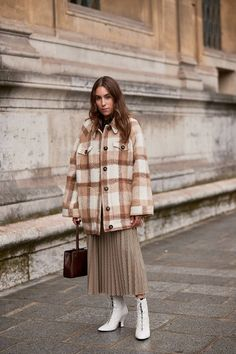 5 Fashion Micro-Trends That Will Be Huge in October Elegante Y Chic, Looks Instagram, Leather Blazer, Denim Branding, Denim Trends, Shirt Jacket, Autumn Winter Fashion, Winter Outfits, Fashion Outfits