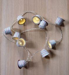 Que faire des capsules de café usagées ? Recyclez-les grâce à ce DIY pour fabriquer une guirlande lumineuse en un tour de main. Une création originale et écologique !  Pas à pas réalisé par Axelle du blog http://www.princesse-aux-bidouilles.com