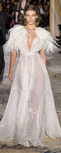 Zuhair Murad Spring 2018 Couture Fashion Show Runway Fashion, Fashion Show, Fashion Design, Net Fashion, Style Haute Couture, Estilo Rock, Dress Vestidos, Glamour, White Fashion