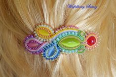 Soutache-TUTORIAL-colorful barrette-page 1 (can change language to English at bottom of page). Tutorial Soutache, Bead Crafts, Jewelry Crafts, Soutache Necklace, Hair Beads, Beaded Jewelry Patterns, Silk Ribbon Embroidery, Bead Weaving, Shibori
