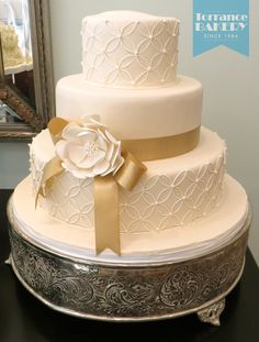 Love the pattern on this cake! Makes for a subtle elegance, great for weddings!