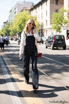 Womenswear Street Style by Ángel Robles. Fashion Photography from Milan Fashion Week. Denim overall, white shirt and red bag, Milano.