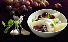 Frugtsalat med råcreme Råcremen her er skøn og luftig , og du kan selvfølgelig servere den sammen med mange andre frugter.