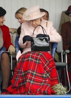 Pin for Later: Die Queen ist gar nicht so königlich wie ihr vielleicht denkt Normal: Als sie etwas in ihrer Tasche nicht finden konnte