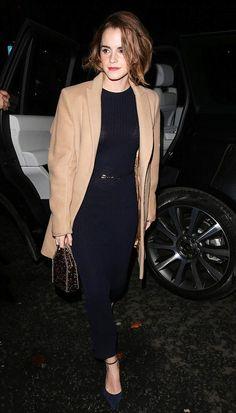 » エマ・ワトソン、ネイビーのロングニットワンピースにキャメルコート #私服 | 海外セレブ&セレブキッズの最新画像・私服ファッション・ゴシップ | Jinclude