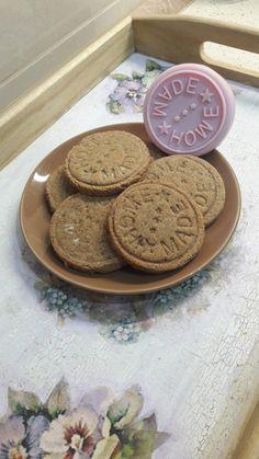 Datľové keksíky. Výborný recept pre najmenších už od 1 roka, do ruky, či kočíka, ako domáca sladkosť. Bez alergénov, cukru, či vajec... Cookies, Desserts, Food, Basket, Biscuits, Crack Crackers, Tailgate Desserts, Deserts, Essen