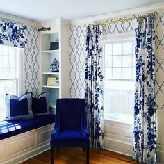 There's just something about a built in nook that makes a room seem so much more cozy. # @katesmithinteriors #thechinoiseriecollective #blueandwhite #chinoiserie #interiordesign #builtins #patternplay