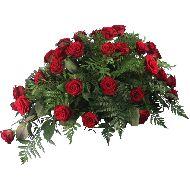 Druppelvormig rouwstuk rode rozen  Vanaf: €90,00