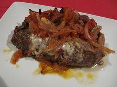 Rolo de carne no forno com queijo, cebola e tomate-Lume Brando.