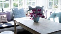 HAGESTUE: Den lille hagestuen ligger som en forlengelse av spisestuen. Hjørnebenken med madrasser har eierne bygget selv, og bordet er et loppefunn fra den lokale skolen.