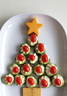 Cucumber Bites Christmas Tree Appetizer Tray Use more cheese / less liquids Christmas Nibbles, Christmas Party Food, Christmas Snacks, Xmas Food, Christmas Cooking, Christmas Tree, Christmas Potluck, Best Holiday Appetizers, Holiday Recipes