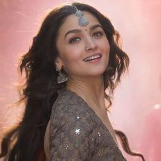 "ROOP 🥀 kalank 💜 on Instagram: ""Roop😍💫 #aliaabhatt #aliabhatt #aliaabhattmagic #aliaabhatt_my_crush #just4u_alia #noras_nidhi #urvashis_nidhi #_alia_rsr_1952…"" Bollywood Images, Bollywood Fashion, Hindi Actress, Bollywood Actress, Alia Bhatt Saree, Aalia Bhatt, Alia Bhatt Cute, Indian Bridesmaids, Very Beautiful Woman"