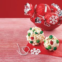 Christmas Popcorn Balls… i need to have a xmas treat bake day now that I … Christmas Popcorn, Christmas Snacks, Christmas Goodies, Christmas Ideas, Christmas Time, Christmas Activites, Christmas Crafts, Christmas Parties, Christmas Things