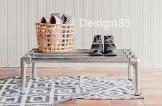 Eenvoudig en stoer schoenenrek van steigerbuis.  Snel en eenvoudig te bestellen via https://www.design85.nl/accessoires/steigerbuis-schoenenrek/