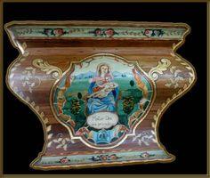 Altar Niquini - Pequeno altar residencial, em que se usou a policromia tradicional e o folheamento em ouro de 22 k. integrados com a madeira de fundo, o precioso pinho-de-riga. Na pintura do medalhão central com a Madona, foi empregado o recurso da anamorfose, pela forma bombê do altar.