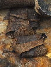Bronzealderens sko og fodlapper:  Fodlapper. Fodlapper findes i de fleste egekistegrave. De består af mindre, uregelmæssige tekstilstykker, som blev foldet sammen og placeret ovenpå den afdødes fødder. De er ikke forarbejdet på nogen måde, og de lader til at have en mere symbolsk end praktisk rolle. I gravene fra Skrydstrup og Jels i Sydjylland er fodlapperne fundet sammen med egentlig fodtøj. Det kunne tyde på, at fodlapperne har været anvendt som foer i skoene.  Også Egtvedpigen, som blev…