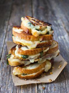 Grillattu juustoleipä päärynällä ja salvialla, Yummy grilled cheese sandwich with pears and sage – Ruoka.fi