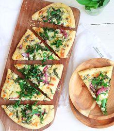 So schmeckt der Frühling: Bärlauchpizza mit roten Zwiebeln und saurer Sahne